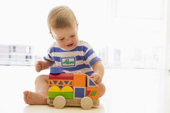 Ребенок перед сном играет